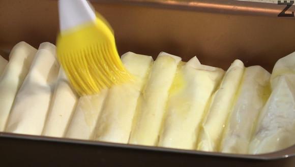 Слага се в тава. След като всички кори са готови се намазват с ртазтопено масло. Пекат се на 160 ℃ в предварително затоплена фурна до златисто за около 20-25 минути.