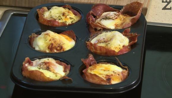 Подготвените яйца се пекат 15 минути на 180 ℃ в предварително затоплена фурна.