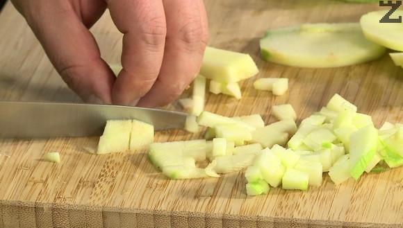 Ябълките се обелват и нарязват на дребни кубчета. Слагат се в сместа и внимателно се разбъркват.