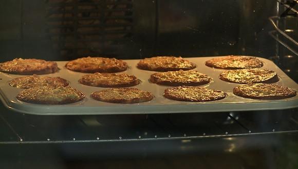 Кексчетата се пекат в предварително затоплена фурна до 160 ℃ за 30 минути. Оставят се да изтинат, изваждат се и поднасят.