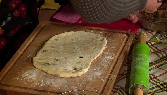 Тестото се разделя на две. всяка половинка се разточва на не много тънка правоъгълна кора с размер 20х10 см.