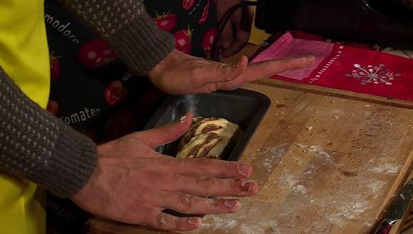 Завиват се краищата. Рулото се слага във форма за кекс. Втаства за около 1 час. Пече се в предварително загрята на 220 ℃ фурна за 15 минути.