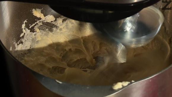 Стафидите се накисват за 30 минути в 100 мл бренди или портокалов сок. В голяма купа слагаме брашно, 1 с.л. захар, 1 1/2 ч.л сол и разбъркваме с вилица. В друга купа се налива 1/4 ч.ч. вода, поръсваме с 1 ч.л. захар и мая. Разбърква се и оставяме за 15 минути маята да шупне. Към брашното,