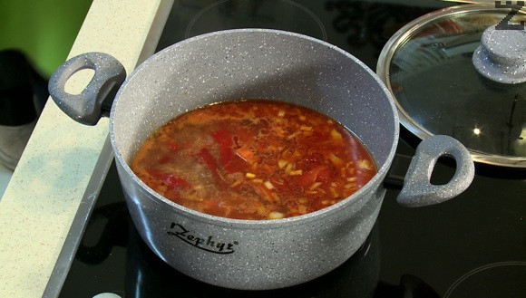 Слагат се скълцани на дребно домати. Под капак ястието се вари на умерен огън за 15 минути.
