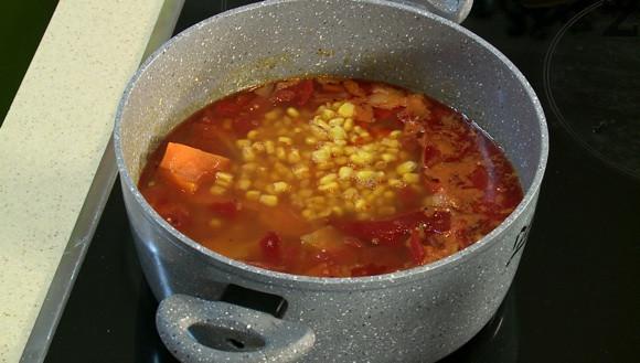 Тиквата се обелва и реже на едри парчета. Слага се заедно със царевицата в ястието. Варят се 15 минути.
