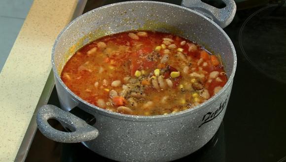 Слага се сварен фасул, кимион и риган. Вари се 5 минути и ястието е готово за сервиране.