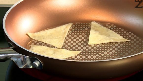 Тортилята се реже на триъгилници, които се запържват до златисто в малко олио.