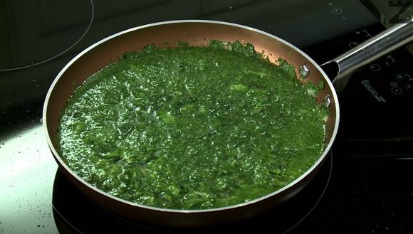 Останалия спанак се слага в чопър и се пюрира заедно с 250 мл вода. Слага се при ориза, посолява се и на слаб огън оризът се оставя докато поеме водата.