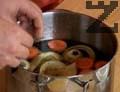 В тенджера наливаме винен оцет и вода, добавяме соев сос, нарязан морков и кромид лук, нарязан на едро. Прибавяме горски риган, листа сух девесил, черен пипер и бахар на зърна, настъргваме лимонова кора.