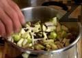 Нареждаме месото и го покриваме с още зеленчуци - сушени сливи, маслини, стафиди и орехови ядки. Прибавяме девесил, дафинов лист, розмарин, горски риган, скилидки чесън, печурки, морков и кромид лук. Слагаме главата на заека и останалото месо в тенджерата. Добавяме нарязани на ситно ябълка и круша,
