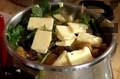 Наливаме доматен сок, компот от малини и от кайсии, заедно с плодовете. Наливаме вода, бяло вино и накъсваме пресен кервиз и магданоз. Поръсваме със сол, наливаме олио и прибавяме краве масло. Слагаме тенджерата под налягане на котлона и след като заври, готвим 30 мин.