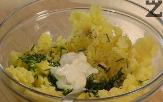 Сърцевината на картофите се смачква и смесва с разтопено масло. Посолява се и подправя със смлян черен пипер. Добавя се ситно нарязан пресен лук, кисело мляко и нарязана на дребно шунка. Размесва се добре.