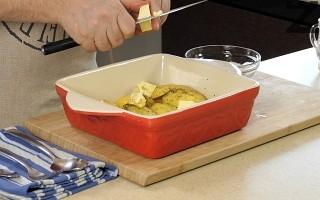 Маслото се реже на малки парченца и реди между половинките картоф.
