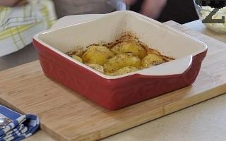 Картофите се посоляват и поръсват с кимион и черен пипер. Слагат се да се пекат за около 30 минути в предварително затоплена фурна на 200°.