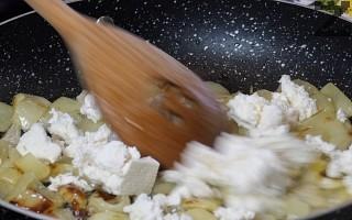Тогава се слага натрошено сирене и се оставя за две-три минути да се стопи.