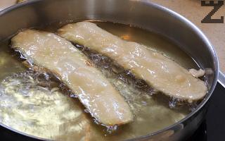 За улеснение, тиквичките могат да нарежат на ленти вместо на колелца и да се панират и изпържат. Така се спестява повече време в готвенето.