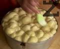 Намазваме втасалата пита със сместа от жълтък и кисело мляко. Печем във фурна, загрята на 200 градуса, около 40-45 мин. Поставяме дръжката върху готовата пита и нареждаме великденските яйца.