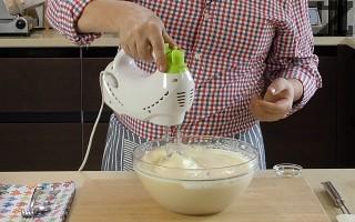 Приготвя се блат: В купа се слагат яйца и разбиват за минута на високи обороти с миксер. Тогава се слага захарта и разбиването продължава 6-7 минути докато станат пухкави и много гъсти.