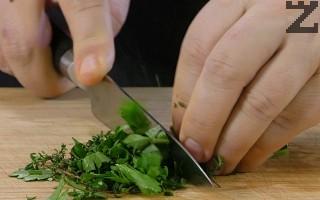 Зелените подправки се нарязват на дребно и слагат в готовото ястие.