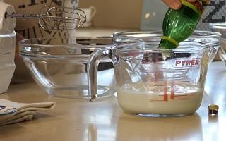 Прясното мляко се полива с лимонов сок и оставя да се пресече за 10 минути. Така се замества оригиналният американски Buttermilk.