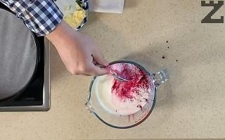 Пресеченото мляко се боядисва с червена боя.