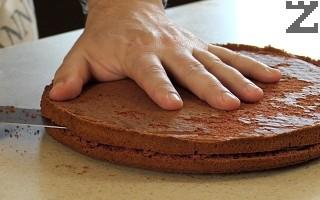 Поставя се в ниската част на фурната за 25 минути. След като блата е готов докато е топъл се маха хартията за печене. Всеки блат се оставя да изстине много добре. Препоръчително е да се остави в хладилник за по-лесно нанасяне на крема.