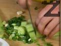 Накъсваме зелена салата в купа. Нарязваме пресен лук, краставица и репички на ситно и ги добавяме към салатата.
