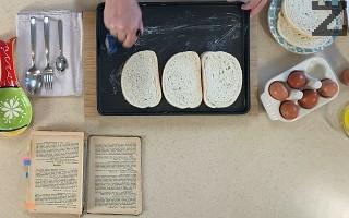 Тава за печене се намазва обилно с масло. В нея се редят фили хляб.