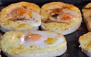 Пекат се на 190°в предварително загрята фурна за 10-12 минути или докато се запече яйцето.