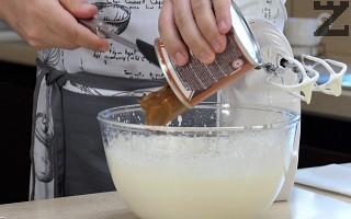 Тогава се слага млечният карамел и се разбива добре.