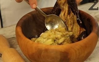 Чесънът се стрива с малко сол и олио в голяма дървена купа за да стане на кашичка. От изпечения патладжан се отделя сърцевината и се маха обелката. Смачква се добре заедно със чесъна в същата купа.