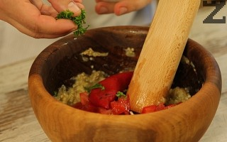 Добавят се печените чушки и се стриват. Доматът се нарязва на ситно и слага при стритите зеленчуци.