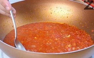 На тих огън под капак сосът се вари за 15 минути. След като е готов се махат дафиновия лист и бахар.