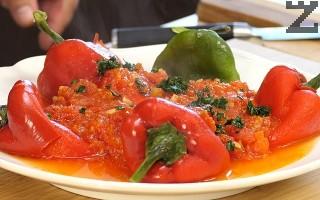 Поливат се с готовия сос и поръсват с дребно нарязан магданоз.