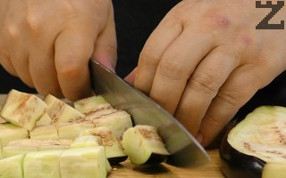 Посолените патладжани се изплакват с вода и режат на едри кубчета и добавят при картофите заедно със сварения зелен фасул.