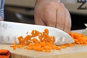 Лукът се нарязва на дребно, а морковите на малки кубчета.