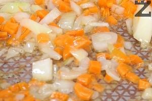 Загрява се олио и на умерен огън се запържват зеленчуците за 1-2 минути.