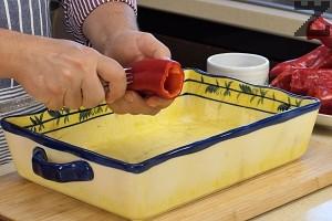 Пиперките се почистват от семето и се набождат на две-три места с вилица.