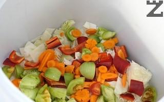 Всички зеленчуци се слагат в бидон заедно с цели стръкове целина.