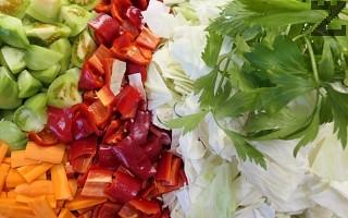 Морковите се режат на колелца, чушките на квадратчета, а доматите на четири резена.