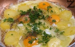 Нарязва се на дребно магданоз и добавя при картофите.