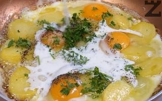 Налива се прясно мляко и на умерен огън се оставят яйцата да се забулят, като леко се разбъркват.