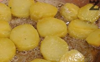 Нарязват се на дебели филии. В тиган се сгорещява масло и на умерен огън картофите се запържват докато леко се зачервят.
