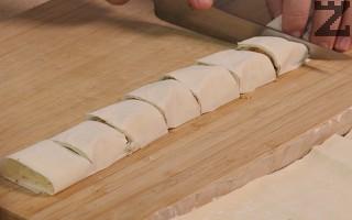 Корите навиват на руло. С остър нож се рулото се реже на цилиндърчета с размер 3 см.