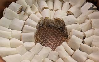 Цилиндърчетата се редят в кръг в намазана с масло тава с размер 30-36 см.