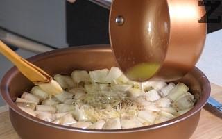 Стопява се масло и се намазват добре всички парчета баклава.