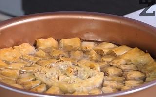 Веднага след изваждане, баклавата се залива със студения сироп. След 1-2 часа се поднася.