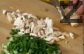 Приготвяме плънка за рулото. Нарязваме пресен лук, спанак и гъби на ситно. Задушаваме спанака в олио за 5 мин. Добавяме гъби и лук и задушаваме 3 мин. Поръсваме месото със зеленчукова подправка, джоджен и черен пипер.