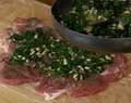 Подправяме плънката със зеленчуковата подправка и черен пипер и нанасяме равномерно върху месото.