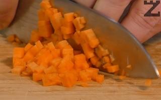 Морковите, празът и киселото зеле се нарязват на много ситно.
